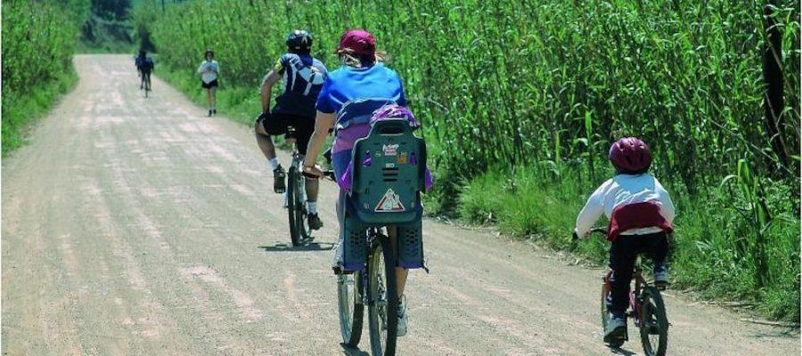 8 rutas en bici para hacer con niños en Cataluña