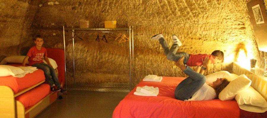 Hoteles para ir con niños: ¡dormir en cuevas en Navarra!